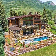 🌟Tante S!fr@ loves this📌🌟Would you want to live in a house surrounded by mountains where everyday, you will be greeted by picturesque views of mountain vistas ? Future House, Log Cabin Homes, Log Cabins, Dream House Exterior, Mountain Homes, House Goals, Modern House Design, My Dream Home, Exterior Design