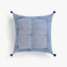 Stay up to date with cushions and decorative pillows from the new Zara Home collection. Floral, gray, white, golden or blue throw pillows and cushion covers. Blue Pattern Curtains, Curtain Patterns, Blue Throw Pillows, Throw Pillow Covers, Duvet Covers, Printed Cushions, Decorative Cushions, Zara Home Collection, Stylish Bedroom