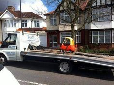 Tow truck towing a Little Tikes car on a flat bed. Hurricane Festival, Tow Truck Driver, Car Breaks, Rat Rods, Car Insurance, Funny People, Stupid People, Funny Photos, Laugh Out Loud