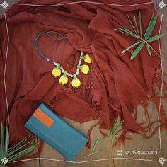 Accesorios 100% artesanal de Paraguay, billeteras en cuero, collar en cerámica realizado por las hnas Vera de Aregua y chal tenido con semillas del bosque.