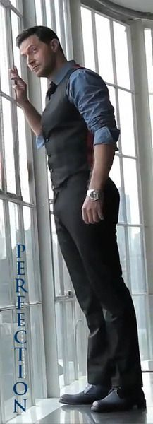 Finally. Someone put him in a pair of pants that fit right. (Lord have mercy on us all) Definitely all around alternate but in this picture, for sure, a butt alternate. Richard Armitage. Perfection.