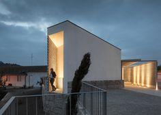 """Peaceful and neutral"" mortuary by Raul Sousa Cardoso and Graça Vaz in Vila Caiz, Portugal"