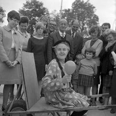 OOGGETUIGEN GEZOCHT REAGEER EN WIN EEN BOEK! Jolige boel! Eindhoven in de jaren zestig door de cameralens van Frans van Mierlo. KLIK OP DE AFBEELDING VOOR HET HELE RELAAS!