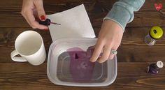 Passo dopo passo ecco spiegato in queste immagini tratte dal canale Youtube di Audra Kurtz (https://www.youtube.com/channel/UCtXAIoT2XT9KrycmU7iJxqw) come realizzare un bel disegno su una tazza. Ciò di cui avete bisogno è lo smalto (possibilmente di due colori per abbellire la vostra composizione), una vaschetta di plastica con acqua calda in cui immergere la tazza e uno stuzzicadenti per dare forma al disegno. Per sigillare il vostro disegno è possibile utilizzare uno spray acrilico ...