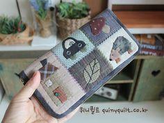 퀴니퀼트 [큐티 퀼트 장지갑] Applique Patterns, Applique Quilts, Quilt Patterns, Patchwork Bags, Quilted Bag, Patch Quilt, Hand Quilting, Beautiful Bags, Small Bags