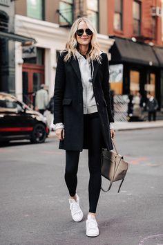 Adidas sneakers (go down size - Stan smiths) grey hoodie sweatshirt black leggings activewear casual New York street style fashion Jackson Legging Outfits, Black Leggings Outfit, Athleisure Outfits, Tribal Leggings, Black Coat Outfit, Printed Leggings, Fashion Pants, Look Fashion, Fashion Outfits