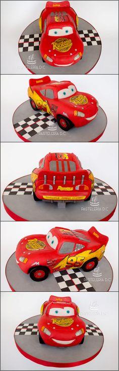 Torta esculpida con forma de Rayo McQueen (Cars) cubierta y decorada con chocolate para modelar / 3D Lightning McQueen cake covered with modeling chocolate.