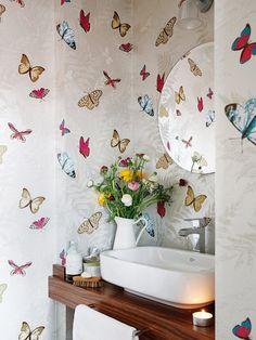 Papel pintado de mariposas en el baño