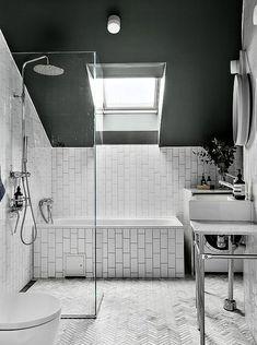 Scandinavian attic apartment Gravity Home, Minimal Home, Attic Apartment, Space Interiors, House Rooms, Minimalism, Bathtub, Loft, Interior Design
