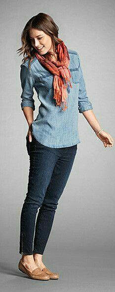 Casual y cómoda.  Jeans, camisa de mezclilla.