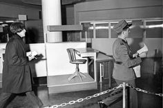 John Lennon at Zurich Airport in January 1965: He has to follow an eager customs officer to declare customs. Photo: Eric Bachmann | Tages-Anzeiger