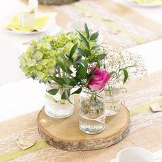 Welches glückliche Brautpaar hat dieses Wochenende geheiratet? Wir stecken mitten in der Hochzeitssaison und sind immer wieder happy, Bilder von den tollen Hochzeiten unserer Paare zu sehen. Gestern waren wir für die Deko verantwortlich. Zartes Grün wurde gewünscht und wir haben es mit Holz, Jute, Spitze und sommerlichen Blumen kombiniert. Herzlichen Glückwunsch Sindy und Tobias! Es war uns eine Freude, euch kennenzulernen und am schönsten Tag eures Lebens zu unterstützen. ❤