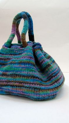 Ravelry: SPICY BAG pattern by Daniela Pavan (pattern for sale) Loom Knitting, Knitting Patterns, Purse Patterns, Knitting Projects, Sewing Patterns, Crochet Purses, Crochet Bags, Knitted Bags, Knit Bag