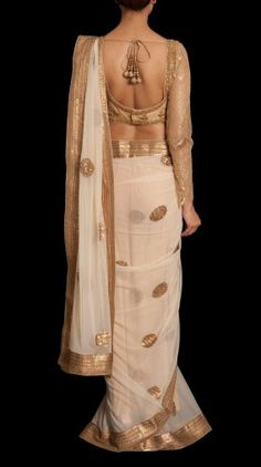 Ritu Kumar - Pretty white and gold saree or sari with blouse. Sari Hindu, Tela Hindu, Indian Attire, Indian Ethnic Wear, Indian Outfits, Ethnic Fashion, Asian Fashion, India Fashion, Women's Fashion