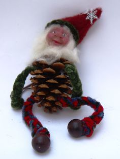 Good idea! Old Christmas, Christmas Gnome, Holiday Ideas, Holiday Decor, Pine Cone Crafts, Christmas Decorations, Christmas Ornaments, Preschool Art, Pinecone