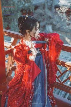 princess of zhenjian? Chinese Traditional Costume, Traditional Fashion, Traditional Dresses, Outfit Essentials, Hanfu, Asian Style, Chinese Style, Chinese Art, Poses Photo