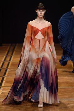 Iris van Herpen Parigi - Haute Couture Spring Summer 2019 - Shows - Vogue. Iris Van Herpen, Runway Fashion, High Fashion, Fashion Beauty, Fashion Show, Fashion Design, Fashion Trends, Spring Fashion, Spring Couture