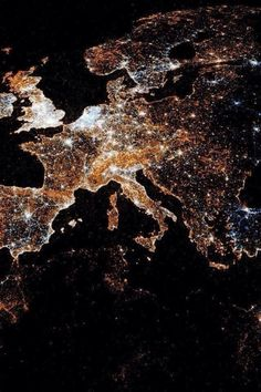 europa dallo spazio di notte - Europe at night. What A Wonderful World, Beautiful World, Beautiful Places, Beautiful Pictures, Amazing Places, Amazing Photos, Oh The Places You'll Go, Places To Visit, Earth From Space