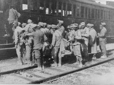 I militari italiani in partenza per il fronte durante la Prima Guerra Mondiale.