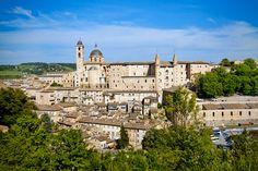 Urbino, Itália      MAR E MONTANHA - URBINO - No no topo de uma colina, dominanda por quilômetros de paisagens campestres magníficas, Urbino é o lar de Rafael, Botticelli e Piero della Francesca. É Patrimônio Mundial da Unesco. ______________________________________________________________COMO CHEGAR Partindo de Roma ou Milão, há voos regulares para Ancona ou Rimini. Depois, trem ou ônibus.