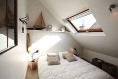 Coin nuit dans des combles aménagés en studio loft (Port-en-Bessin-Huppain, Basse-Normandie)