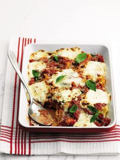 A midweek lasagne is finally possible. This savoury Italian recipe is ready in 15 minutes, but will taste like you worked all day. Lasagne Recipes, Meat Recipes, Cooking Recipes, Healthy Recipes, Savoury Recipes, Healthy Dinners, Yummy Recipes, Delicious Magazine Recipes, One Pot Meals