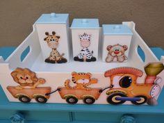 Descrição:  * Kit de higiene branco com 4 peças em MDF, no tema Safari Transporte.  Os Kits estão maravilhosos, não perca esta incrível promoção, é por tempo limitado.    Contendo:  - 1 Bandeja - 32 x 25 x 11 cm  - 3 Porta trecos:  medidas: 8 x 8 x 13 cm(altura)  8 x 8 x 11 cm(altura)  8 x 8 x 09...