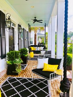 The Happiness of Having Yard Patios – Outdoor Patio Decor Small Front Porches, Front Porch Design, Patio Design, Summer Front Porches, Front Porch Swings, Farmhouse Front Porches, Southern Porches, Front Porch Bench Ideas, Front Porch Seating