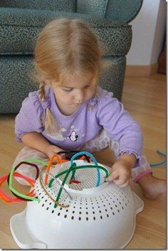 10 brincadeiras indoor simples para os dias de chuva - Just Real Moms - Blog para Mães