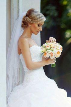 Tolle Hochsteckfrisur mit einem mittellangen zweilagigen Schleier. © Depositphotos.com/pvstory #brautfrisur #bridalhair #schleier