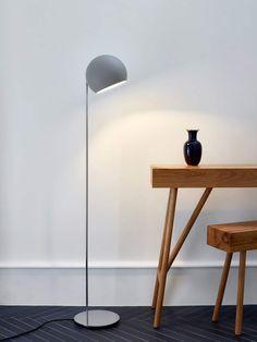 In alle Richtungen lässt sich der Leuchtschirm der Pendelleuchte Tilt Globe schwenken und somit Räume effektiv erhellen. Jetzt online kaufen bei Designort.