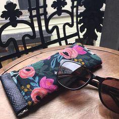 mademoiselle_bli Point de soleil ☀️ à Liège aujourd'hui, mais je vous présente quand même mon nouvel étui à lunettes 👓 Patron gratuit #mirettes de @patrons_sacotin dans un tissu #rifflepaperco acheté chez @ateliermoondust #ateliermoondust #sacôtin
