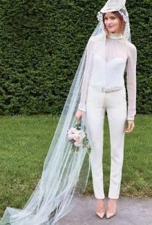 いい女はパンツを選ぶ 抜群にかっこいい 主役級のパンツドレス10選 にて紹介している画像 優雅なウェディングドレス ウェディングドレススタイル 結婚式服装