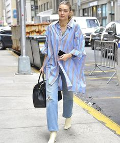 Gigi Hadid never fails to feed our insatiable appetite for street style. While running errands in New York City, Gigi Hadid took her borrowed-from-my-boyfriend Maison Margiela shirt out for a spin. Gigi Hadid Looks, Gigi Hadid Style, Gigi Hadid Casual, Oversized Shirt Outfit, Camisa Oversized, Moda Streetwear, Streetwear Fashion, Look Fashion, Fashion Outfits