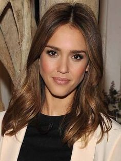 Center part hairstyles · 3 blush makeup mistakes and how to avoid them ( video) jessica alba lob, Bob Hairstyles Brunette, Long Bob Hairstyles, Jessica Alba Hairstyles, Brunette Bob, Brunette Color, Brunette Highlights, Wavy Haircuts, Caramel Highlights, Brown Highlights