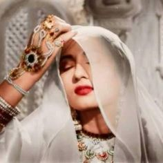 Ideas for vintage retro style inspiration colour Vintage Bollywood, Indian Bollywood, Bollywood Fashion, Pakistani, Beautiful Bollywood Actress, Most Beautiful Indian Actress, Beautiful Actresses, Classic Beauty, Timeless Beauty