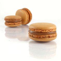 Apprenez à réaliser une ganache pour macarons avec ce subtil mélange de chocolat au lait et de fruits de la passion !
