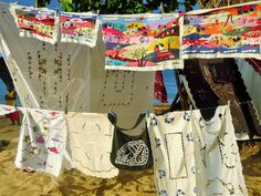 Etal de broderies artisanales sur la plage, Nosy Komba - Madagascar
