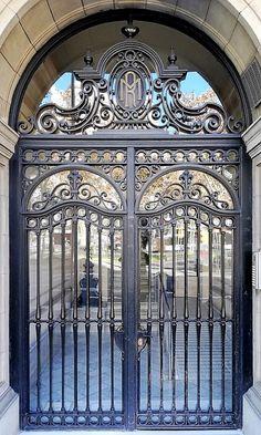 Barcelona - València 372 e Steel Gate Design, Door Gate Design, Stainless Steel Gate, Modern Entrance Door, Metalarte, Double Doors Interior, Classic Doors, Wrought Iron Doors, Steel Doors