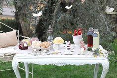 Mesa dulce con mariposas