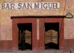 A este paisaje sólo le falta el #Cowboy apoyado sobre la pared. En #SanMiguelDeAllende parece que el tiempo se detuvo. Cada muro cuenta un pedazo de la historia de #Mexico. http://www.bestday.com.mx/San-Miguel-de-Allende/ReservaHoteles/