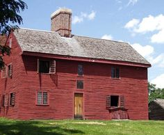 Is your house a New England Colonial? Learn about historic houses of the northeast and find out how to identify American Colonial architecture. Red Houses, Saltbox Houses, Farm Houses, Tiny Houses, New England Style, New England Homes, England Houses, Zaha Hadid, Style At Home