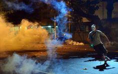 Rio de Janeiro:Homem corre de bomba lançada pela polícia durante confronto no RJ