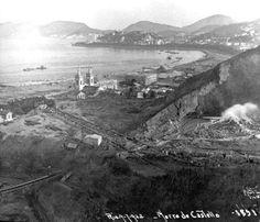 Desmonte do Morro do Castelo. À direita, os jatos d'água. Rio de Janeiro, 1922.