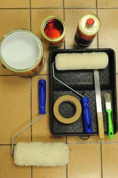 Materiais: fundo branco epóxi (bi-componente + tinta) / bandeja para pintura / rolo para aplicação de tinta epóxi / fita-crepe / misturador de tinta / trincha / rolo de lã