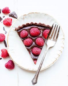 This No-Bake Raspberry Chocolate Tart comes together in just ten minutes! The no-bake chocolate crust is filled with vegan chocolate ganache and topped with fresh raspberries for a decadent, guilt-free treat. Vegan Chocolate Ganache, Chocolate And Raspberry Tart, Raspberry Tarts, Chocolate Strawberries, Raspberries, Blueberries, Pear And Almond Cake, Almond Cakes, Almond Butter