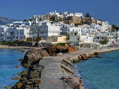 Naxos è la più grande delle Cicladi e famoso luogo di villeggiatura per molti turisti europei e internazionali che nei mesi estivi affollano le sue bellissime spiagge. Naxos è l'ideale sia per chi vuole rilassarsi sulle meravigliose spiagge bianche in alcuni tratti attrezzate sia per chi vuole godersi l'ambiente dell'entroterra fatto da molti villaggi pittoreschi che rivelano la storia e la tradizione del popolo nassese.