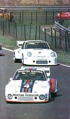 J.Ickx / J.Mass (Porsche 935 2,8 l.-turbo) vainqueur des 6 heures de Vallelunga 1976 suivi par Wollek / Heyer (Porsche 935 2,8 L-turbo) sport-auto avril 1976.