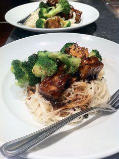 Recette de tofu Général Tao selon Bob le Chef - L'Anarchie Culinaire Good Food, Yummy Food, Asian Recipes, Ethnic Recipes, Seitan, Le Chef, Spaghetti, Bob, Recipes