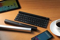 フルサイズのキーボードをポケットやバッグにいれて持ち運べたらいいのにと思う人は多いことだろう。そんな方にLGの新プロダクトはいかがだろう。マートフォンやタブレット向けのフルサイズQWERTYキーボードで、しまっておくときや運ぶときには箸箱状になるのだ。